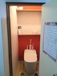 トイレ入れ替え工事と共に、お悩みでもあった一段下がっている床を 他の床と揃える為に床上げし、CFシート敷きでお掃除も楽々に! 壁もタイルを撤去してお客様チョイスのクロスの貼り分けで可愛らしい雰囲気になりました。 またお隣のお家との距離が近くあまり機能していないとのことで窓は塞ぎ、 新たに天井付け換気扇を設置して臭いもこもらない様になりました。